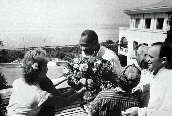 Жители Сочи приветствуют американского певца Робсона