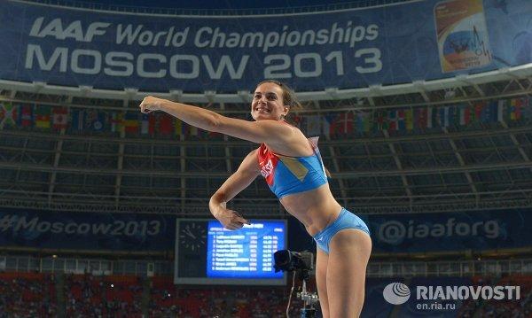 Российская спортсменка Елена Исинбаева в финальных соревнованиях по прыжкам с шестом среди женщин на чемпионате мира по легкой атлетике в Москве