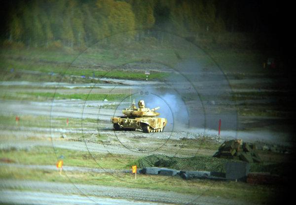 Танк Т-90С, экспортный вариант танка Т-90, во время демонстрационного показа военной техники в рамках IX Международной выставки вооружения, военной техники и боеприпасов в Нижнем Тагиле.