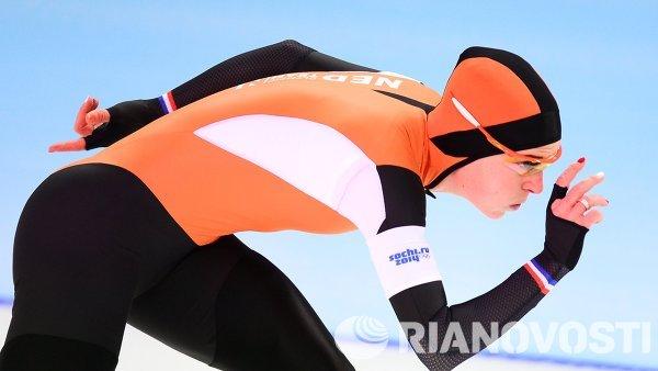 Ирен Вюст (Нидерланды) на дистанции в забеге на 3000 метров в соревнованиях по конькобежному спорту