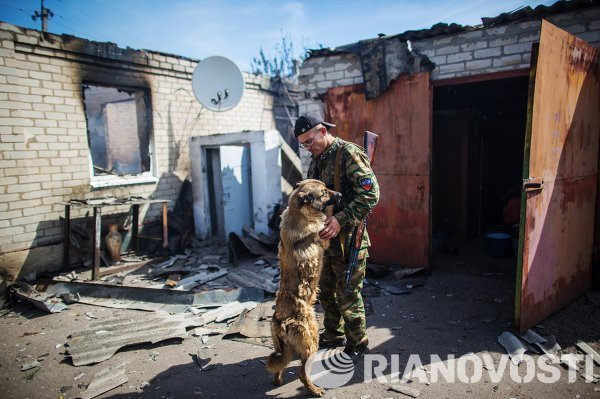 Ополченец, вернувшийся в свой дом в поселке Семеновка