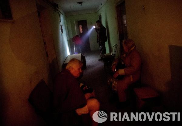 Жители Славянска в убежище во время артобстрела