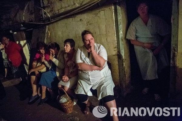 Пациенты и медицинский персонал городской больницы в подвале во время минометного обстрела больницы города Славянска.