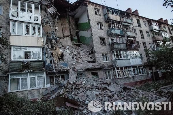 Последствия артиллерийского обстрела украинскими военными микрорайона Артема в Славянске.