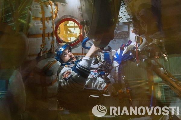 Член основного экипажа транспортного пилотируемого корабля Союз ТМА-14М космонавт Роскосмоса Елена Серова во время осмотра космического корабля