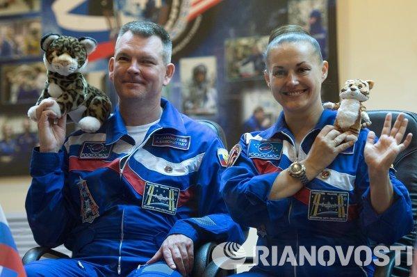 Космонавты Роскосмоса Александр Самокутяев и Елена Серова на пресс-конференции перед запуском РН Союз-ФГ с транспортным пилотируемым кораблем (ТПК) Союз ТМА-14М на космодроме Байконур