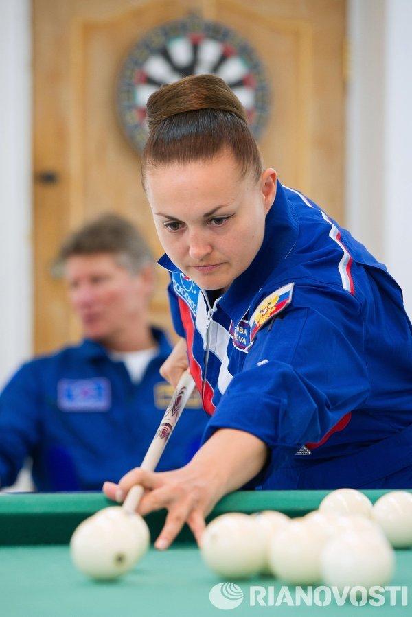 Член основного экипажа транспортного пилотируемого корабля Союз ТМА-14М, космонавт Роскосмоса Елена Серова играет в бильярд на космодроме Байконур