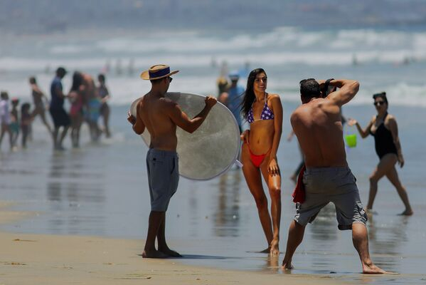 A woman poses for a photographer in the Pacific Beach area of San Diego, California on Saturday, 4 July 2020, amid the coronavirus pandemic. Many beaches have been shut down for the Fourth of July weekend across California due to a resurgence of COVID-19 cases. San Diego area beaches, however, have remained open.  - Sputnik International