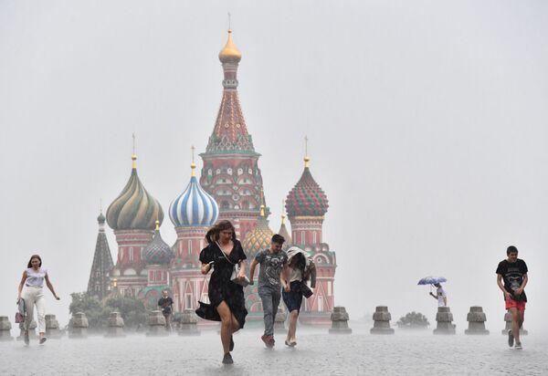 People run during heavy rain in downtown Moscow, Russia.  - Sputnik International