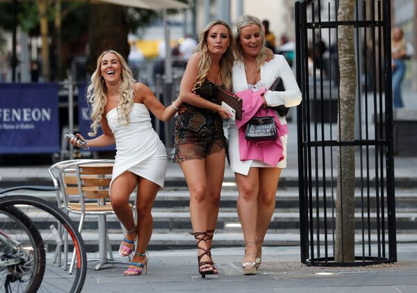 People are seen outside a pub after the reopening of commercial activities, following the outbreak of the coronavirus (COVID-19), Newcastle, Britain, 4 July 2020. - Sputnik International