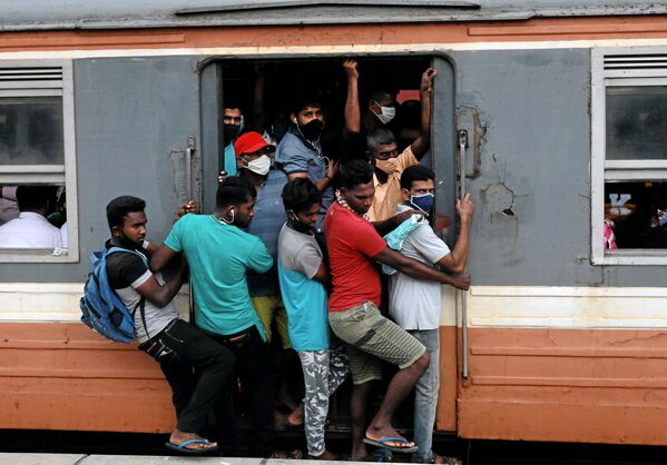 Passengers wearing protective masks travel on an overcrowded train towards the capital city, amid concerns about the spread of the coronavirus disease (COVID-19), in Colombo, Sri Lanka, 8 July 2020. - Sputnik International