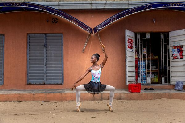 A student at the Leap of Dance Academy, Olamide Olawale, performs a dance routine on Okelola Street  in Ajangbadi, Lagos, on 3 July 2020. The Leap of Dance Academy is a ballet school in a poor district of the sprawling megacity of Lagos that aims to bring classical dance to underprivileged children in Africa's most populous nation.  - Sputnik International