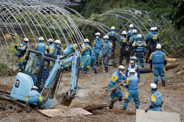 Police officers search for missing people at the site of a landslide caused by heavy rain in Tsunagi, Kumamoto Prefecture, southern Japan, in this photo taken by Kyodo on 7 July 2020. - Sputnik International
