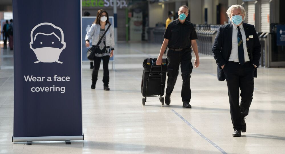 Commuters wearing face masks walk through the concourse at Waterloo Station in London on June 15, 2020 after new rules make wearing face coverings on public transport compulsory while the UK further eases its coronavirus lockdown. - New coronavirus pandemic rules coming into force on June 15 make wearing face coverings such as masks or scarves compulsory on public transport, as various stores and outdoor attractions open for the first time in nearly three months.