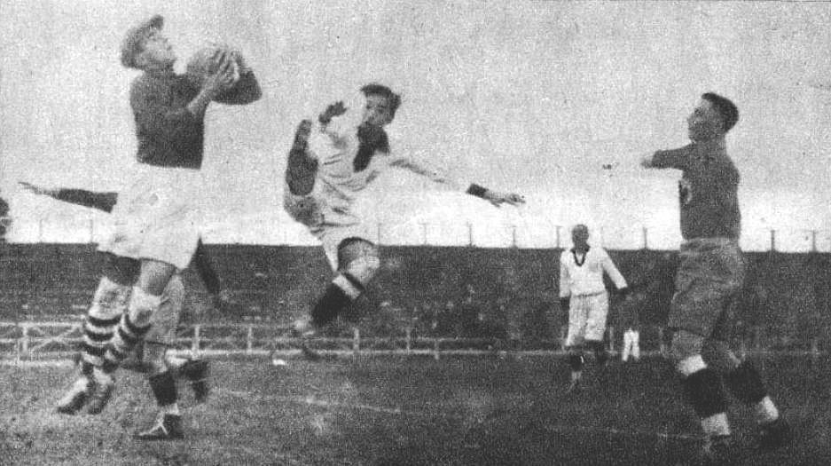 Ion Lǎpuşneanu (Romania) and Julio Lores (Peru) during the 1930 World Cup.
