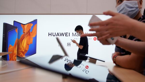 People wearing face masks visit Huawei's new flagship store, as it officially opens in Shanghai, following the coronavirus disease (COVID-19) outbreak, China, June 24, 2020.  - Sputnik International