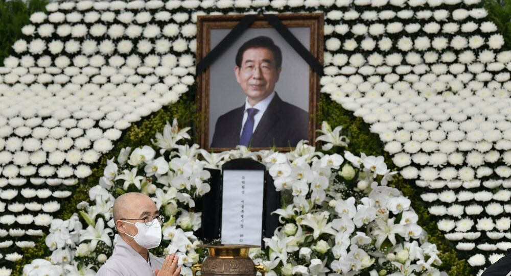 A Buddhist monk pays his respects at a public memorial for late Seoul mayor Park Won-soon at Seoul City Hall in Seoul on July 13, 2020. - The mayor of Seoul, a contender to be South Korea's next president and a former human rights lawyer, took his own life a day after he was accused of sexual harassment, authorities said July 10.