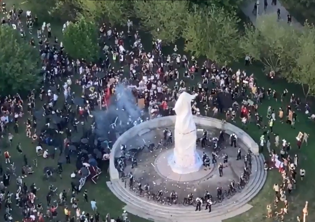 Screenshot of the video showing protesters trying to topple the statue of Christopher Columbus in Chicago