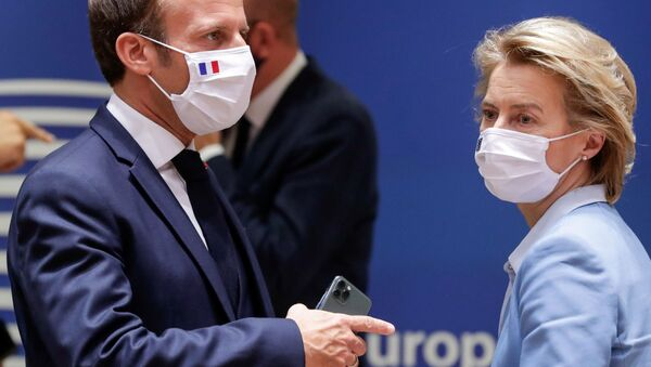 French President Emmanuel Macron (L) and President of the European Commission Ursula von der Leyen attend a last roundtable discussion following a four-day European summit at the European Council in Brussels, Belgium, July 21, 2020. - Sputnik International