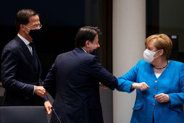 Elbow Bump or 'Chicken Dance'? Politicians Defy Coronavirus By Opting For Alternative Salute Option - Sputnik International