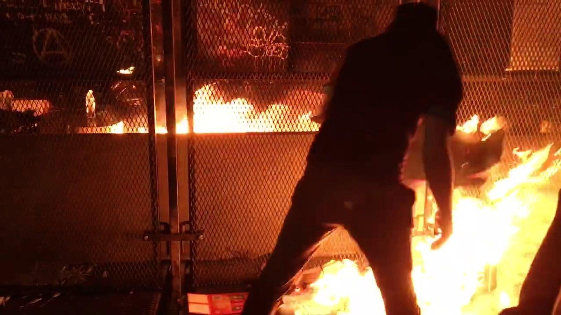 Protesters burn trash near the federal courthouse in Portland on 23 July 2020 - Sputnik International, 1920, 07.09.2021