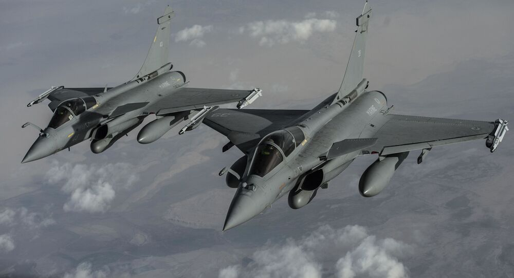 Two French F-2 Rafales aircraft fly over Iraq in support of Operation Inherent Resolve, Jan. 8, 2016