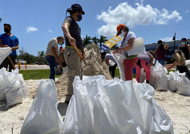 Residents fill and collect sand bags before the expected arrival of Hurricane Isaias in Doral, Florida, U.S. July 31, 2020.  REUTERS/Liza Feria