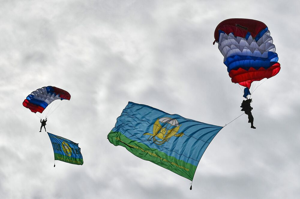Demonstration performances of paratroopers at the military sports festival in honour of Airborne Forces Day at the Alabino training ground.