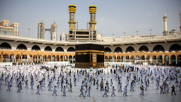 A handout picture provided by Saudi Ministry of Media on July 31, 2020 shows pilgrims circumambulating around the Kaaba, the holiest shrine in the Grand mosque in the holy Saudi  city of Mecca. - Sputnik International