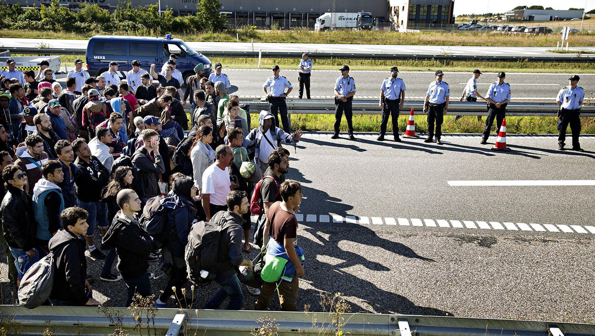 FILE - In this Sept. 9, 2015 file picture hundreds of refugees walk in Southern Jutland motorway near Padborg in Denmark - Sputnik International, 1920, 29.07.2021
