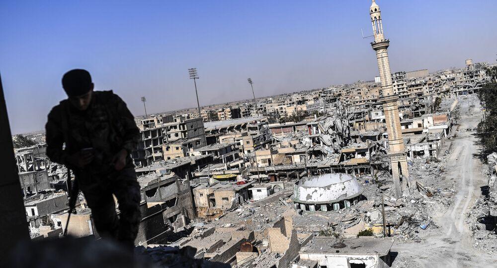 Combatente das Forças Democráticas da Síria (SDF) na cidade síria destruída de Raqqa, em 16 de outubro de 2017