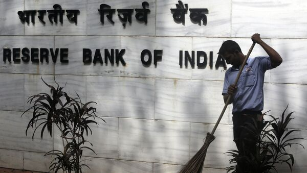A sweeper cleans the street outside the Reserve Bank of India's headquarters in Mumbai, India, Wednesday, Aug. 2, 2017.  - Sputnik International