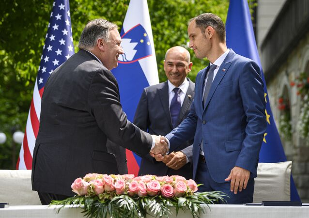 US Secretary of State Mike Pompeo (L) and Slovenian Foreign Minister Anze Logar (R), shake hands as Slovenian Prime Minister Janez Jansa looks on, after signing an agreement on fifth-generation internet technology in Bled, in the foothills of the Julian Alps on August 13, 2020. - Pompeo is on a five-day visit to central Europe with a hefty agenda including China's role in 5G network construction. Pompeo will spend two days in the Czech Republic before moving on to Slovenia, Austria and close ally Poland, which is eager to welcome some of the US troops leaving Germany to guard against historic adversary Russia.