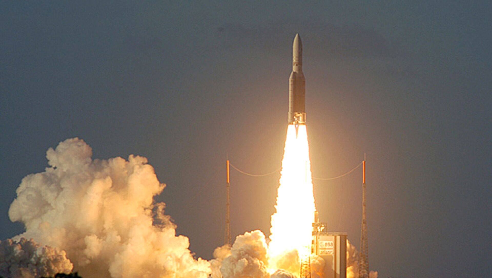 This image provided by the European Space Agency (ESA) shows the European rocket Ariane 5 ECA lifting off in Kourou, French Guiana, carrying a payload of precious satellites, Saturday Feb.12, 2005. The launch of europe's most powerful rocket was successful, more than two years after its inaugural flight in disaster - Sputnik International, 1920, 30.08.2021