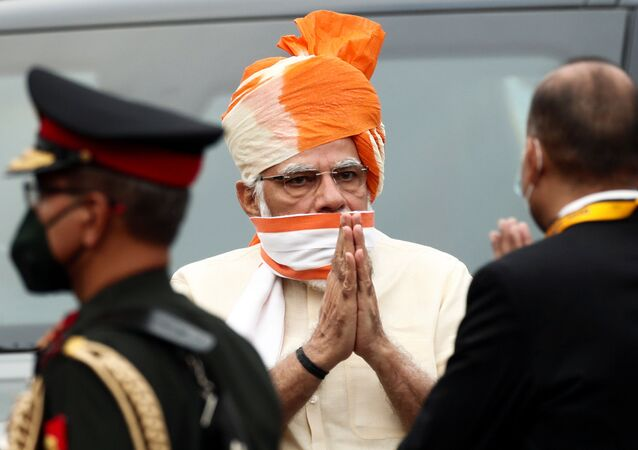Indian Prime Minister Narendra Modi greets officers as he arrives to attend Independence Day celebrations at the historic Red Fort in Delhi, India, August 15, 2020. REUTERS/Adnan Abidi