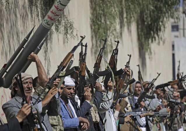 Tribesmen loyal to Houthi rebel raise their weapons during a gathering aimed at mobilizing more fighters for the Houthi movement, in Sanaa, Yemen. File photo.