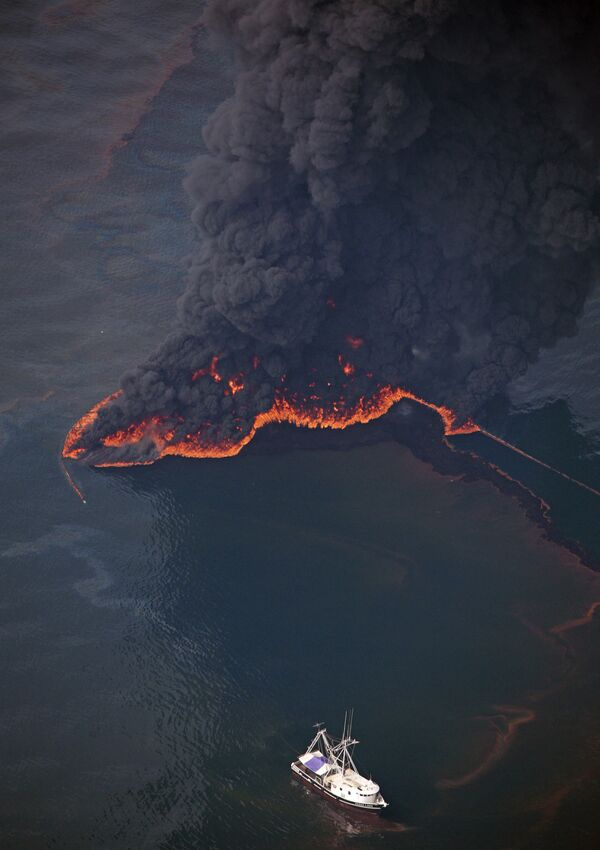 Oil is burned on the surface of the Gulf of Mexico a few miles from the site of the Deepwater Horizon disaster Wednesday, 16 June 2010. - Sputnik International