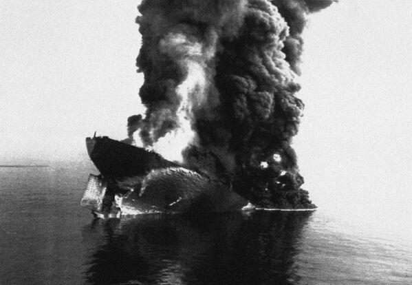 Smoke rises from the sinking Cypriot-registered oil tanker Haven after a huge explosion rocked the tanker on 13 April 1991. - Sputnik International