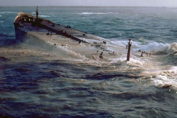The supertanker Amoco Cadiz is seen submerging after it ran aground on 16 March 1978 on Portsall Rocks, 5 km from the coast of Brittany, France. - Sputnik International