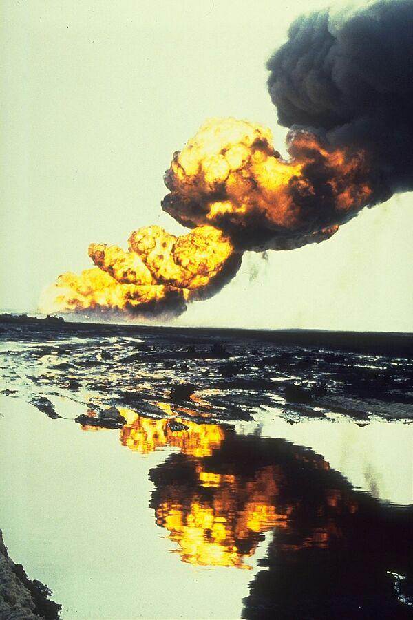 Bergan oil field fire that occurred in 1991 in Kuwait during the Gulf War. - Sputnik International