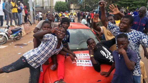 Opposition supporters at Independence Square in Bamako - Sputnik International
