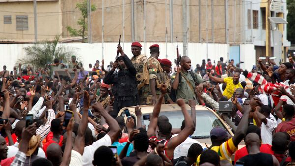 A crowd of people cheer Malian army soldiers at the Independence Square after a mutiny, in Bamako, Mali August 18, 2020. Picture taken August 18, 2020 - Sputnik International
