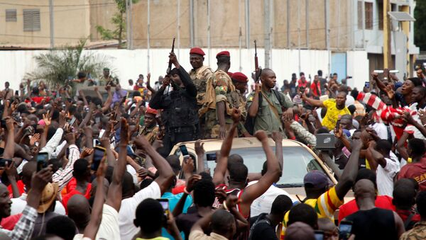 A crowd of people cheer Malian army soldiers at the Independence Square  in Bamako - Sputnik International