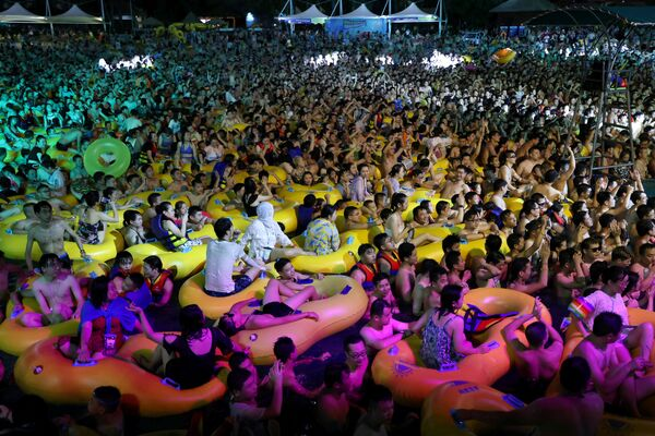 People enjoy a music party inside a swimming pool at the Wuhan Maya Beach Park, in Wuhan, following the coronavirus disease (COVID-19) outbreak, Hubei Province, China 15 August 2020. - Sputnik International