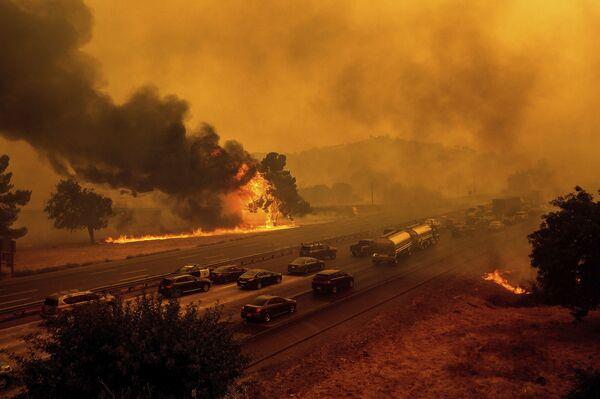 Flames from the LNU Lightning Complex fires jump Interstate 80 in Vacaville, California, Wednesday, 19 August 2020. - Sputnik International