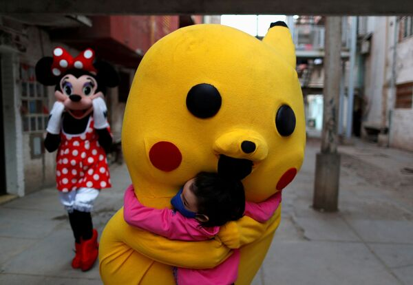 A volunteer wearing a costume of Pokemon character Pikachu hugs a child during Children's Day, amid the coronavirus disease (COVID-19) outbreak, in Fuerte Apache, in Buenos Aires, Argentina 16 August 2020.  - Sputnik International