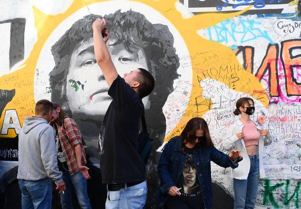 Fans of Russian rock singer Viktor Tsoi remember the musician on the 30th anniversary of his tragic death, Arbat Street, Moscow, 15 August 2020. - Sputnik International