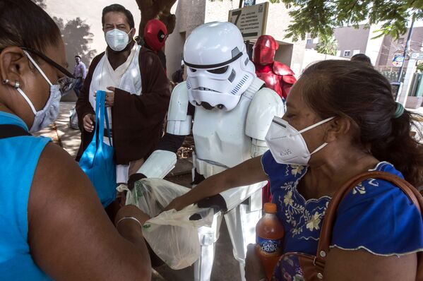 Members of a Star Wars fan club deliver food and sodas to relatives of patients hospitalised within the area of respiratory diseases at the Hospital Ignacio Garcia of the Mexican Social Security Institute in Merida, state of Yucatan, on 15 August 2020 amid the COVID-19 coronavirus pandemic.  - Sputnik International