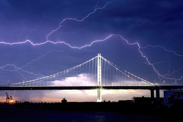 Lightning bolts over the San Francisco-Oakland Bay Bridge as a storm passes over Oakland, California, Sunday, 16 August 2020. - Sputnik International