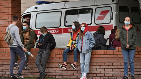 People gather outside a hospital, where Russian opposition politician Alexei Navalny receives medical treatment in Omsk, Russia August 21, 2020.  - Sputnik International
